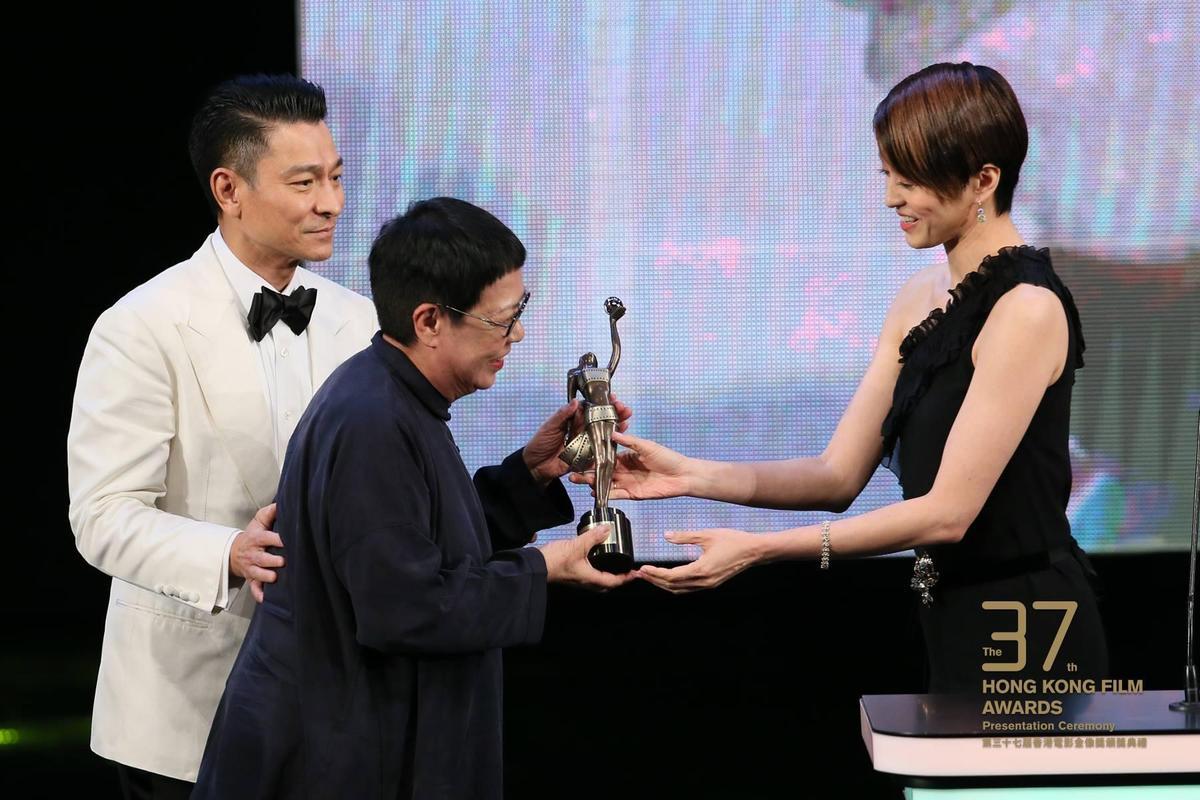 最佳導演獎,由劉德華(左)與梁詠琪(右)頒給許鞍華(中)。(翻攝自香港電影金像獎臉書)