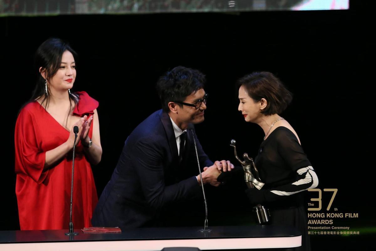 拿下最佳女主角的毛舜筠(右),眼淚已經快要止不住。(翻攝自香港電影金像獎臉書)