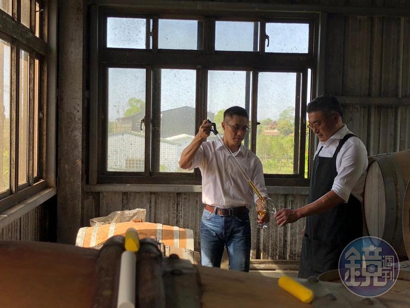 格蘭菲迪品牌大使詹昌憲(左)與高雄餐旅大學助理教授陳千浩一起研發台灣風味桶威士忌。