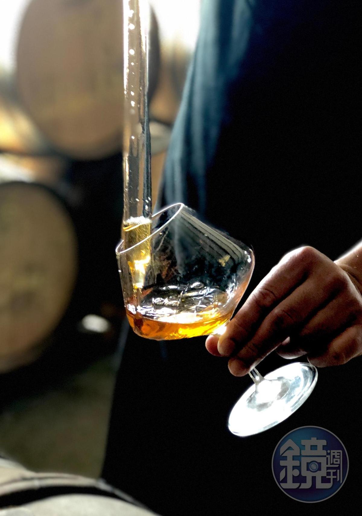 經過4、5年陳放的埔桃酒,琥珀色如燦亮的陽光。