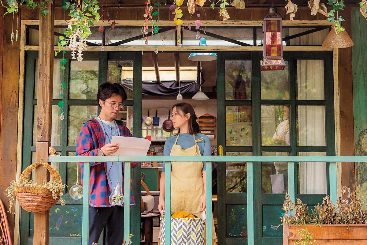 李章焄(左)依照孫藝真的性格,調整原著的設定,讓她成為說話語氣有點酷的妻子。(車庫娛樂提供)