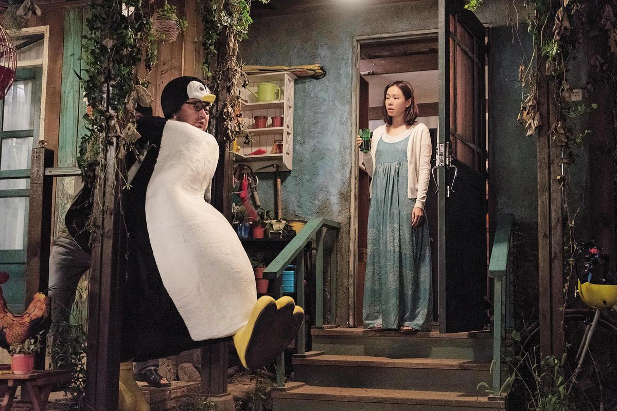 電影增加原著沒有的甘草角色洪久(左,高昌錫飾),在扮成企鵝遇見孫藝真時製造趣味。(車庫娛樂提供)