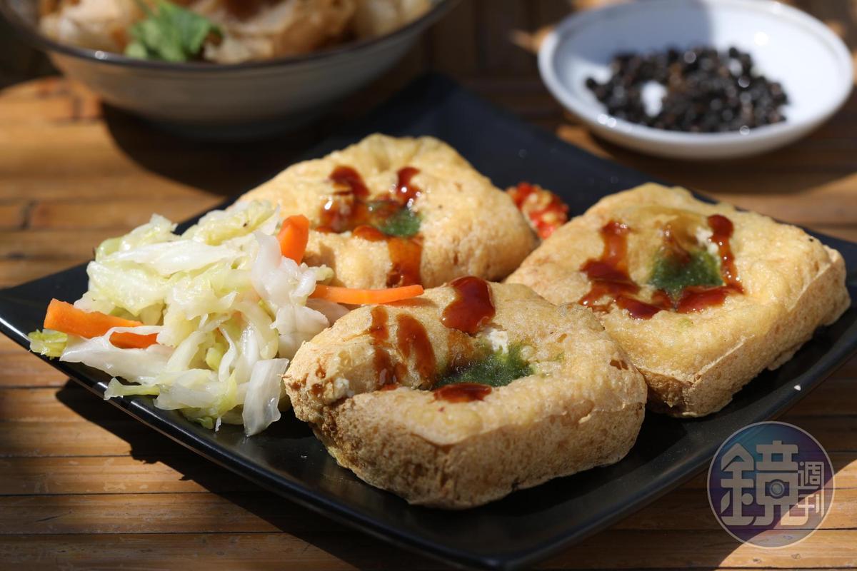 「馬告臭豆腐」配上馬告醃漬泡菜和蒜醬,相當美味。(50元/份)