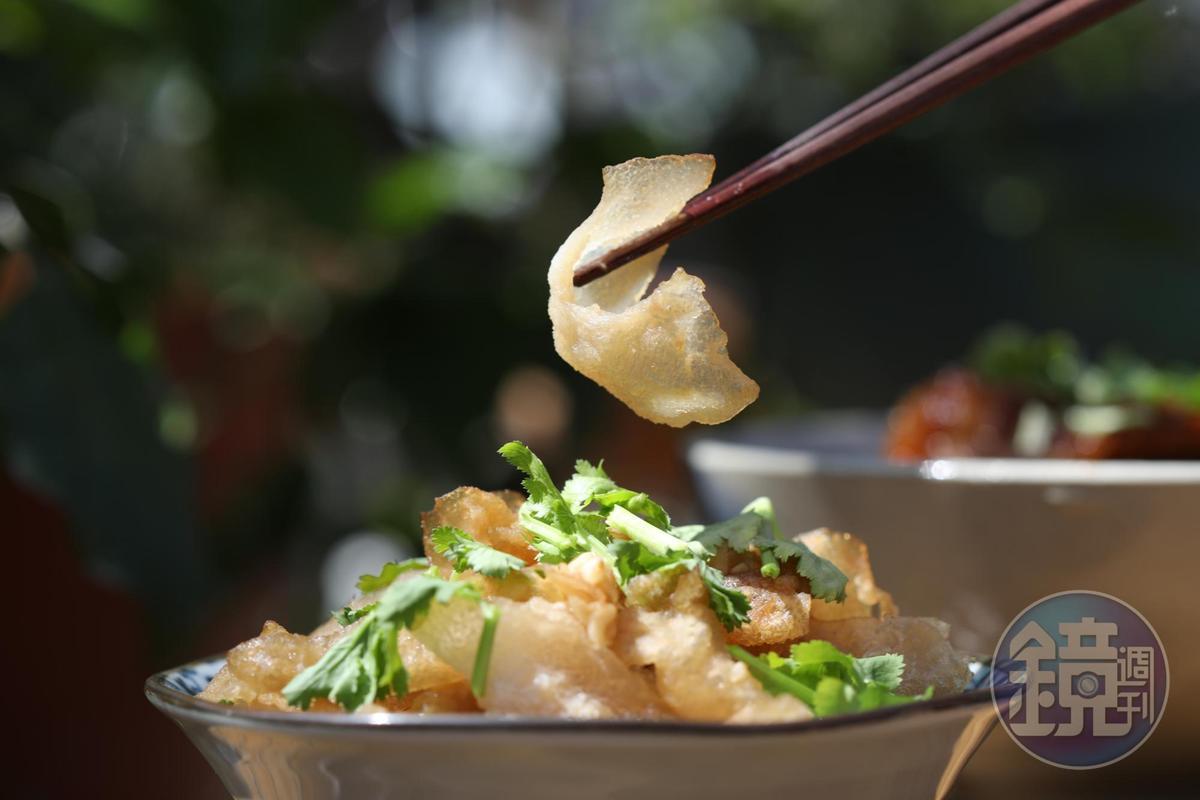 「涼拌山豬皮」口感特別,鹹香爽脆,平時很少能吃得到。(100元/份)