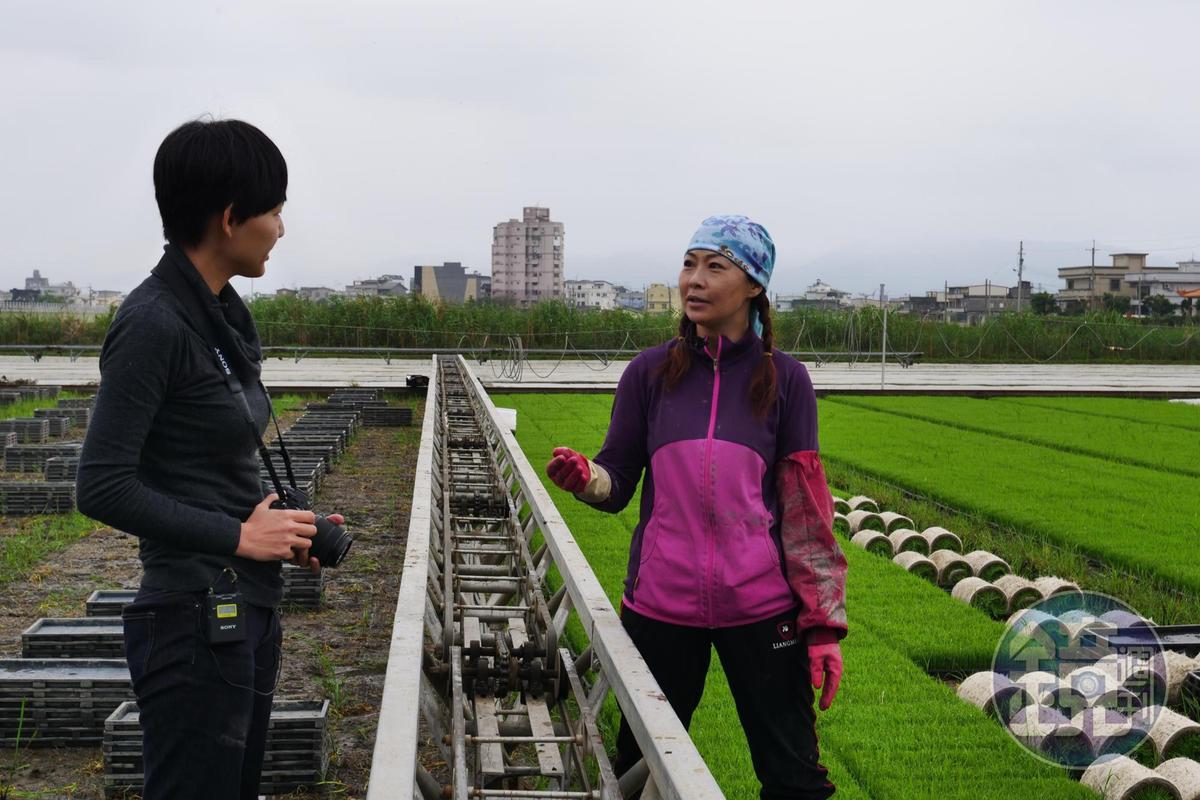 顧瑋(左)勤走食材產地,與農人對話。