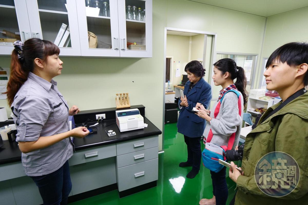 「斗南農會精米工廠」的儀器可以分析米粒水份、蛋白質、直鏈澱粉等食味值參數。