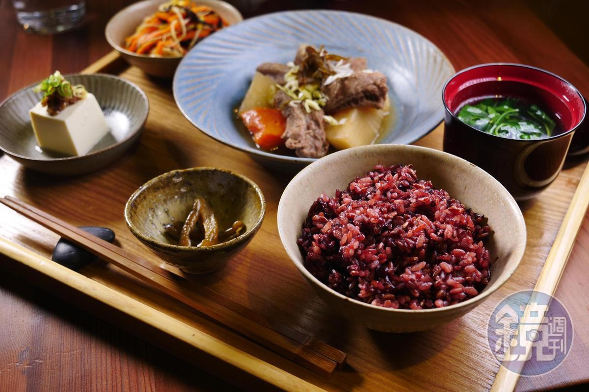 微辛的「剝皮辣椒燉牛肉」很適合搭配香氣濃郁的紅米。(泔米食堂, 390元/份)