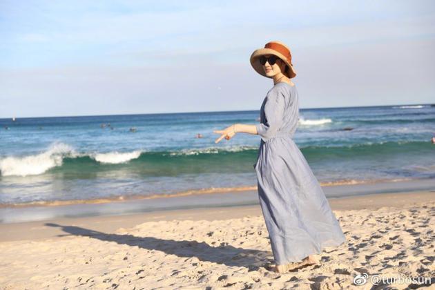 孫儷站在沙灘,手比V字,非常愜意。(翻攝自孫儷微博)