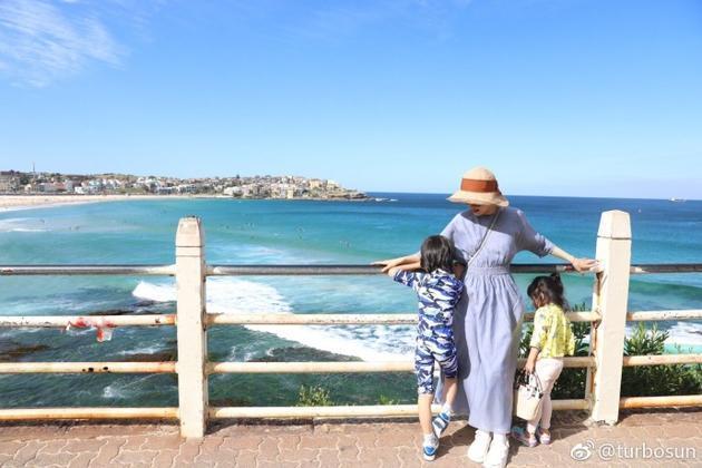 讓兒女面向大海背對鏡頭,孫儷很有技巧地曬娃。(翻攝自孫儷微博)