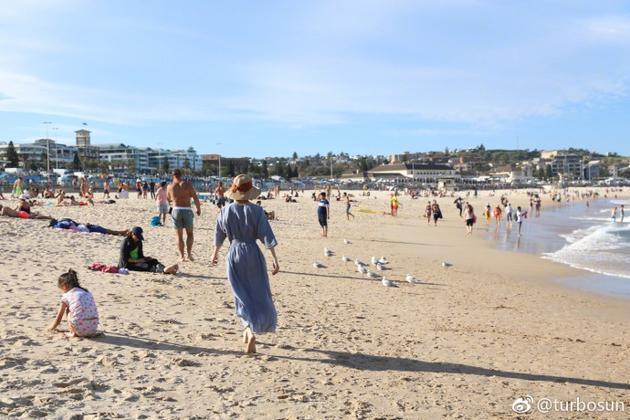 漫步在沙灘,孫儷的服裝似乎比旁人多了一點。(翻攝自孫儷微博)