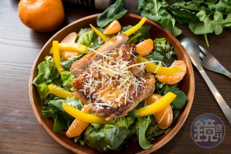 「芝麻葉柑橘雞腿排」菜葉微苦清爽,很適合已經熱起來的南部三月天。(280元/份)