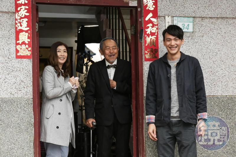 拍戲時,黃嘉千(左)要跟小戽斗(中)用流利的台語對話,但曹晏豪(右)卻不必。