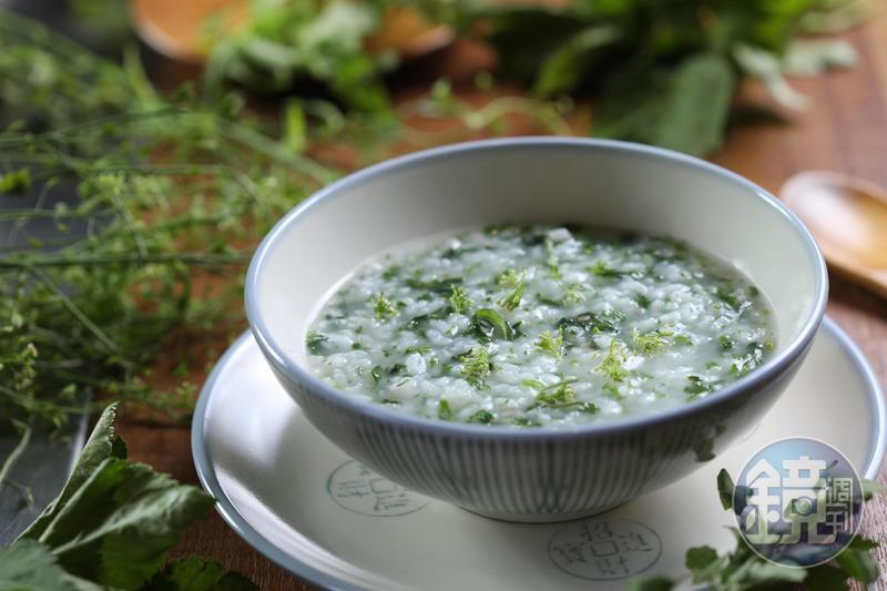 「春日裡的七草粥」貴在細細收拾野菜的工,怕搶了七草和白米的清芬,僅點上少許鹽調味。(620元套餐)