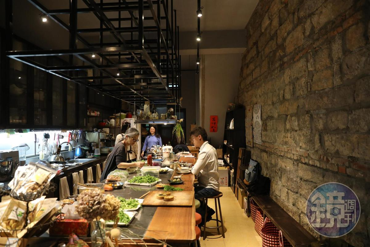 店內採開放吧台設計,食客可以近距離觀察食材和烹調手法。