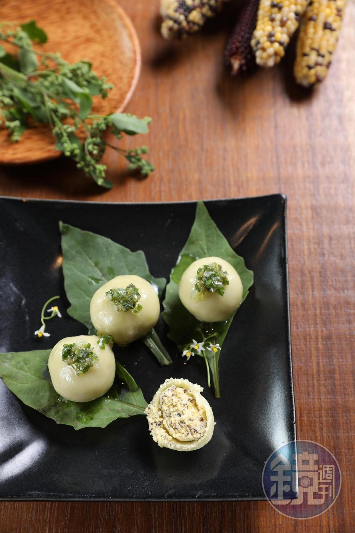 咬開「香蘭糯米糰」淋有蔥油的Q糯外皮,乾爽綠豆沙令人驚豔。(100元/份)