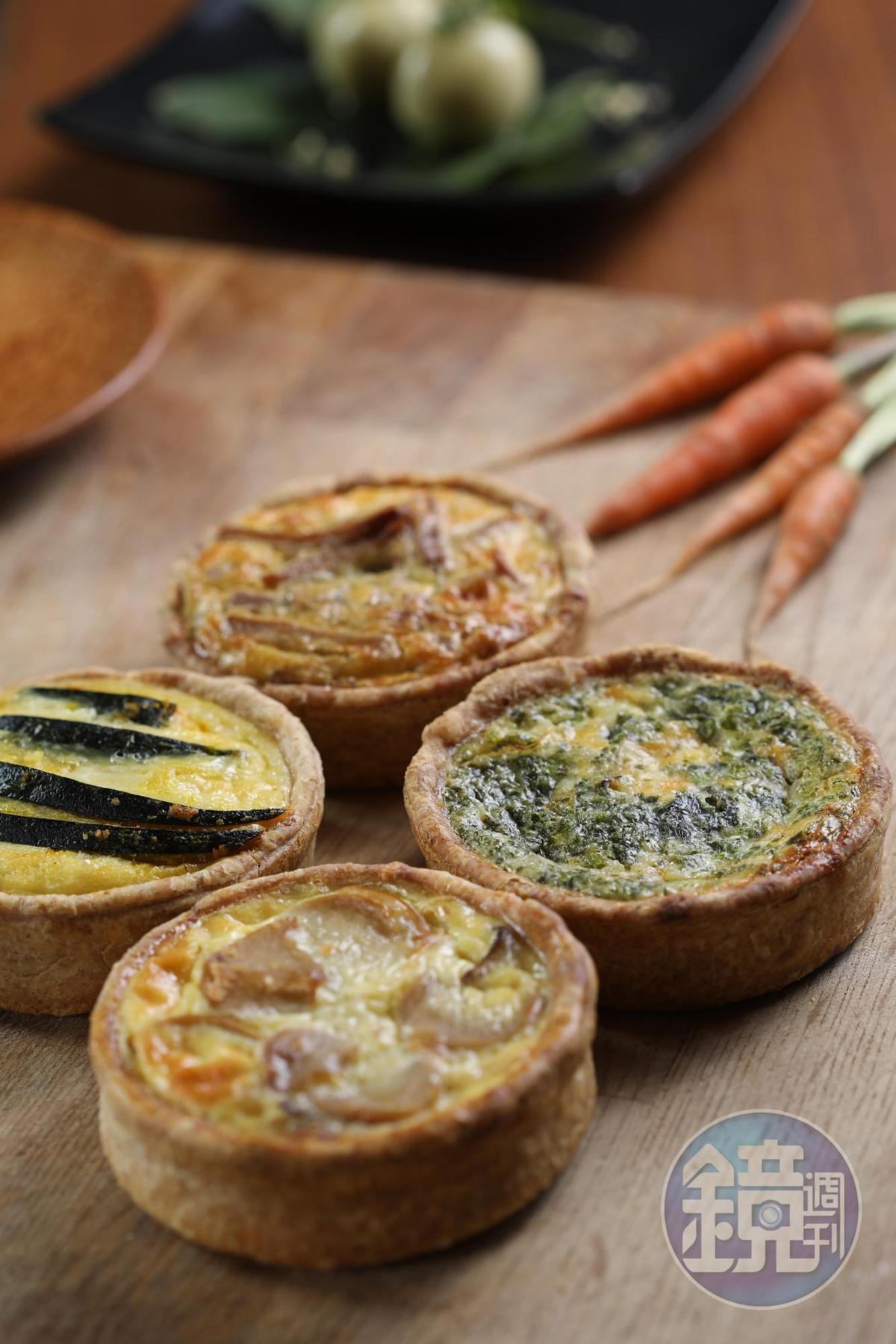 劉姐開發出一系列屬於台灣的鹹派,右起順時針依序為胡蘿蔔葉、麻油杏鮑菇、金沙南瓜、芋粿巧口味。(120元/個)