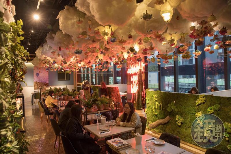 「棧 花樣拿鐵」內裝的仿真植物牆加上浮誇系雲朵天花板,讓姊妹淘聚會怎麼拍都美。