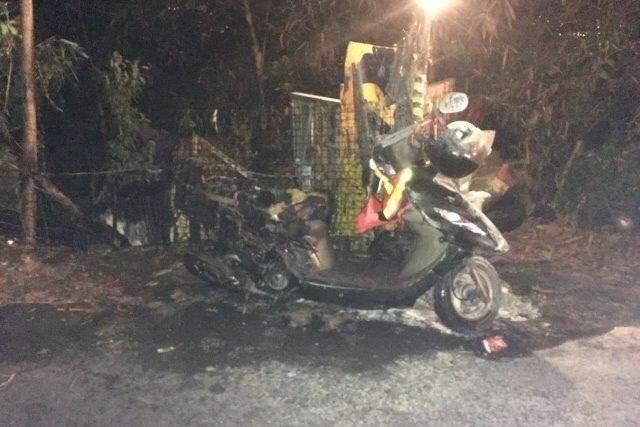 停在象山的一台機車疑似遭盧姓遊民縱火,燒到車體僅剩支架。(翻攝畫面)