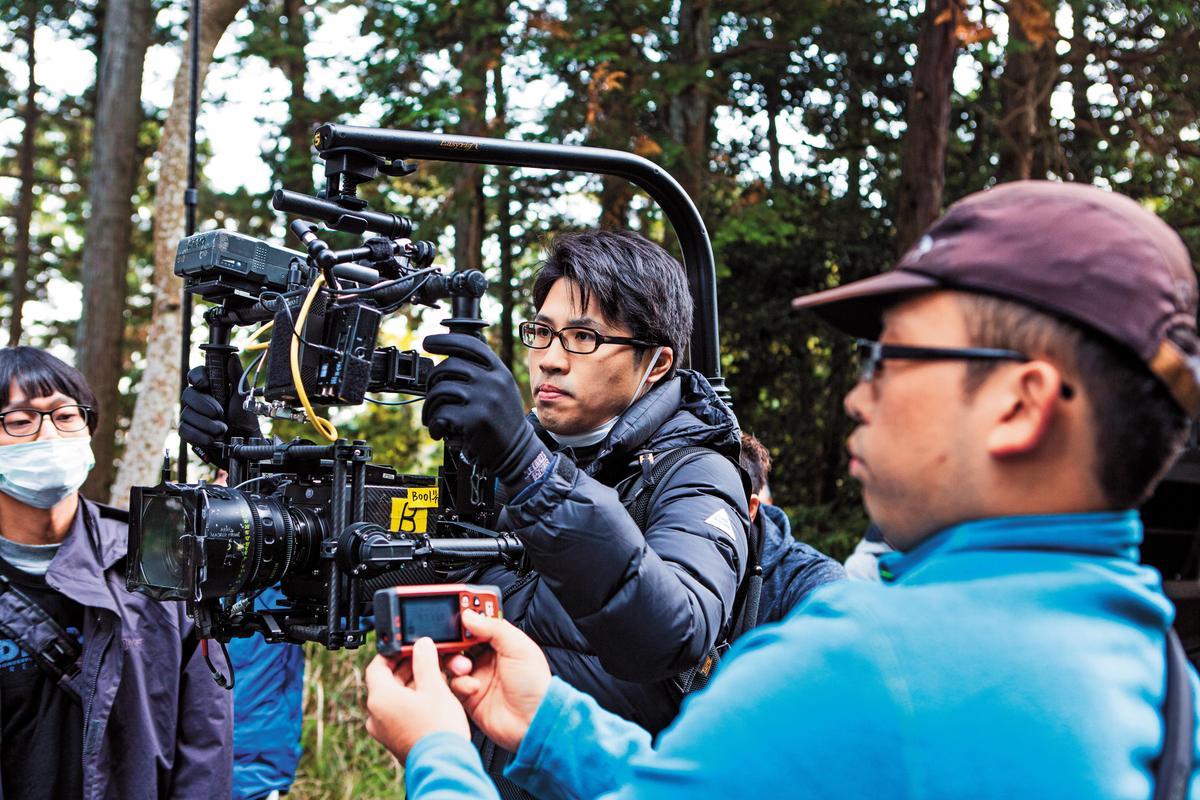 陳鈺杰(中)在《盛情款待》中身兼製片、導演、編劇、攝影、剪輯5種職務。(華映提供)