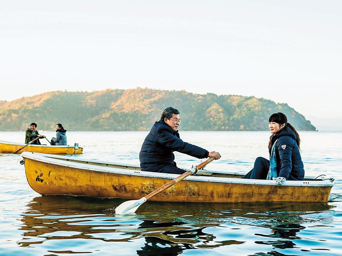 台灣演員楊烈(左)和日本女星余貴美子在《盛情款待》中別具意義的琵琶湖划船敘舊。(華映提供)