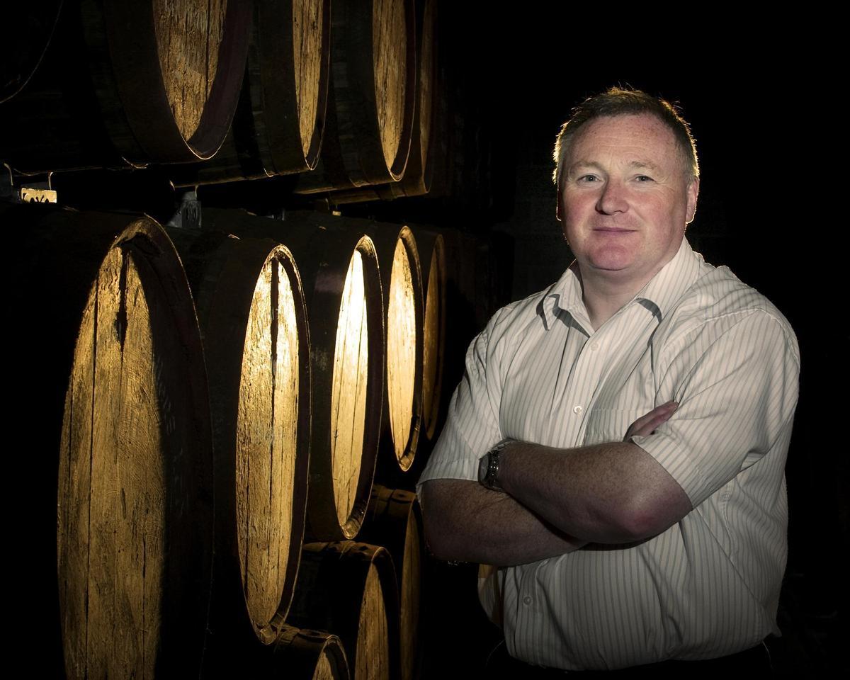 愛倫酒廠的首席調酒師James McTaggart鑽研泥煤風味,不讓艾雷島專美於前。(愛倫酒廠提供)
