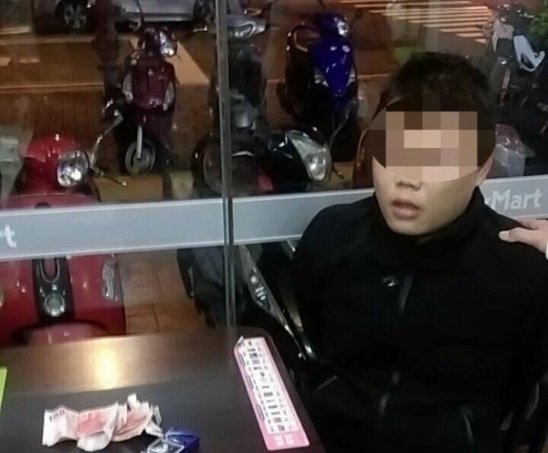 徐嫌於超商內被警方逮捕。(警方提供)