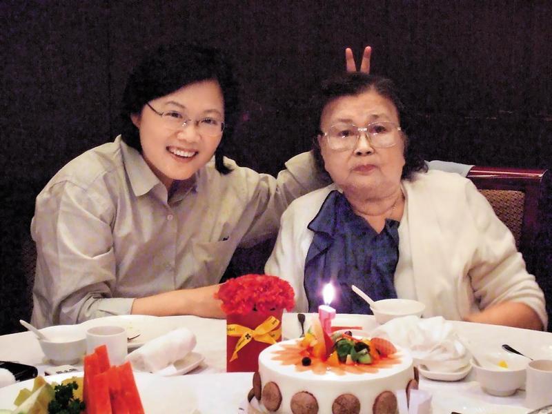 總統母親蔡張金鳳女士(右)3月初辭世,蔡總統(左)專訪談到媽媽的拿手好菜,還是念念不忘。(總統府提供)
