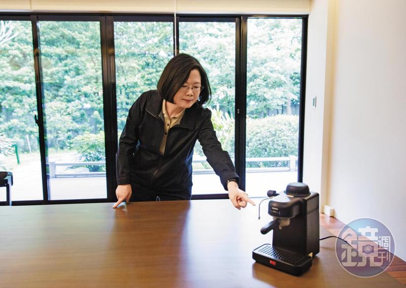 蔡總統習慣6多點就早起,用圖中這台義式咖啡機邊煮咖啡,邊看國際新聞,她自曝1天通常喝2杯咖啡。