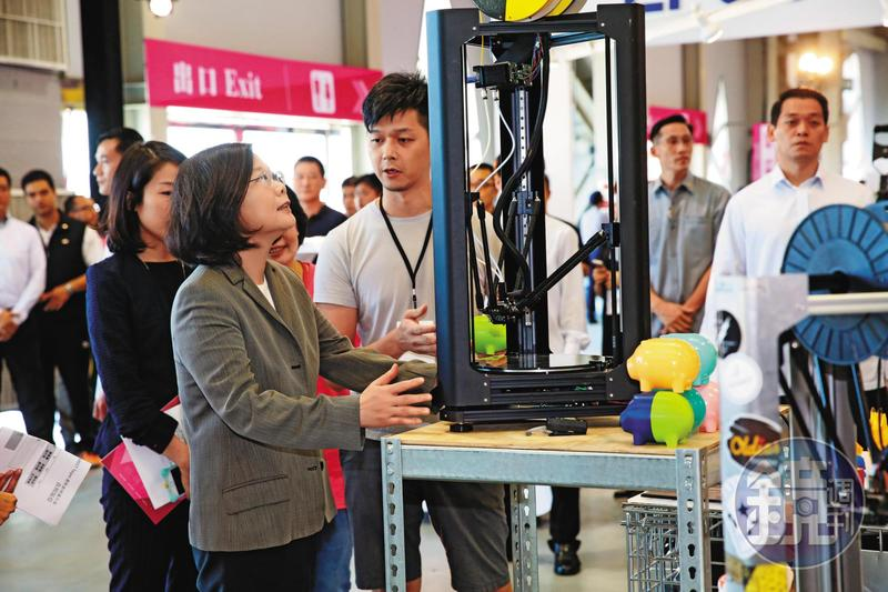 總統蔡英文強調會持續推動5加2的產業轉型計畫,帶來更高品質的就業機會,多管齊下讓年輕人脫離低薪困境。(總統府提供)