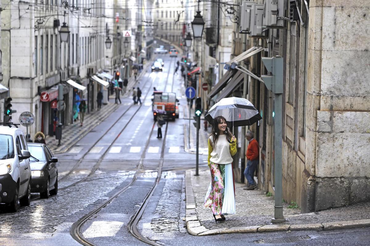 梁文音的〈還好〉MV前往里斯本取景,找來李伯恩當導演操刀。(環球提供)