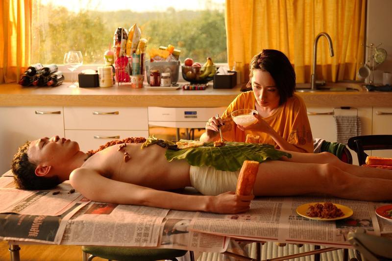 裸體早餐吃的是曖昧清粥小菜,橋段算是很特別。(威視提供)