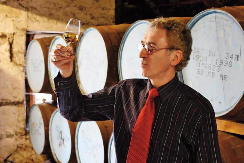 丹尼斯馬康說:「威士忌是一種生活方式。我出生在酒廠旁,父親與祖父也曾在酒廠工作,我的宿命早就跟格蘭冠相連了。」