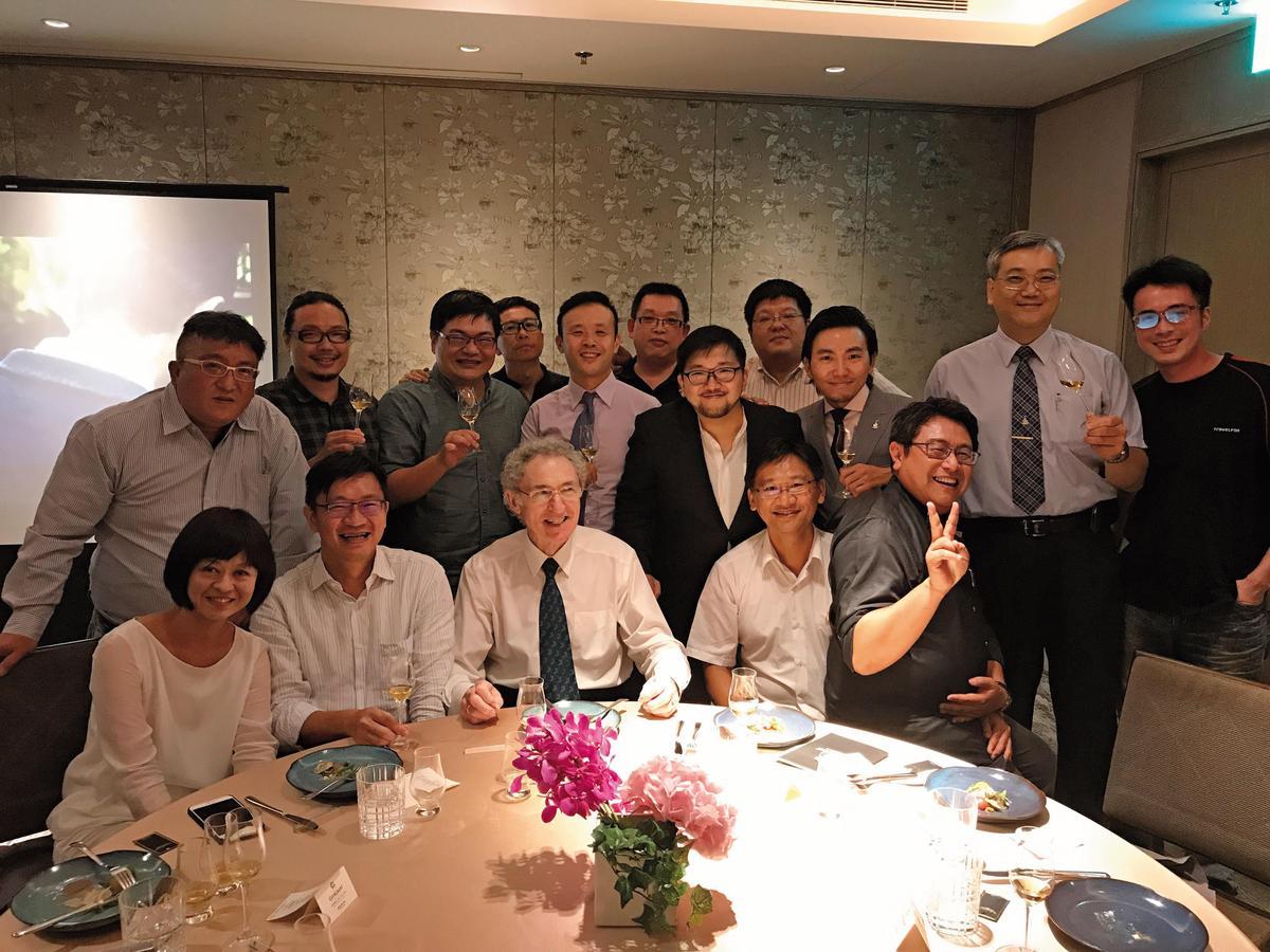 連續2年來台的丹尼斯馬康(前排左3),2017年與多位台灣威士忌達人的相見歡合照。