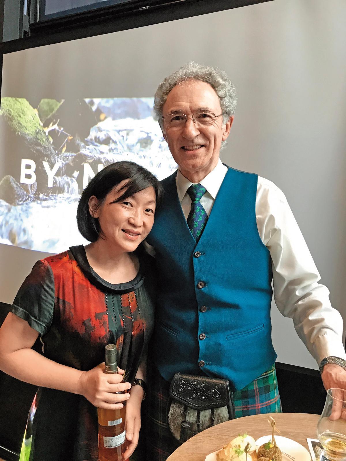 愛好威士忌的人,即便是閱酒無數的大記者,看到丹尼斯馬康(右)就像見到大明星的小粉絲,感到一種幸福感。