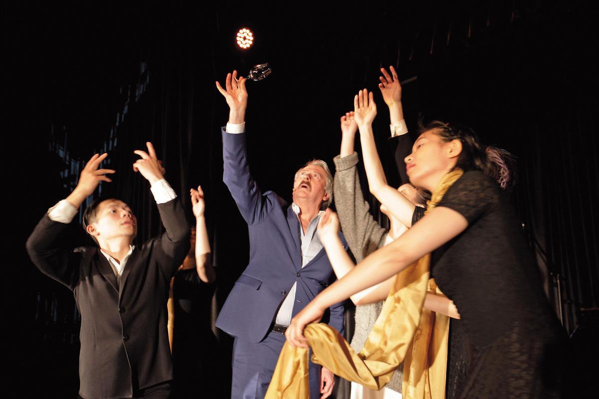 除了帶品飲、指揮樂團之外,大摩45年首發時理查派特森(藍衣者)還與舞者互動,盡情展現舞台魅力。