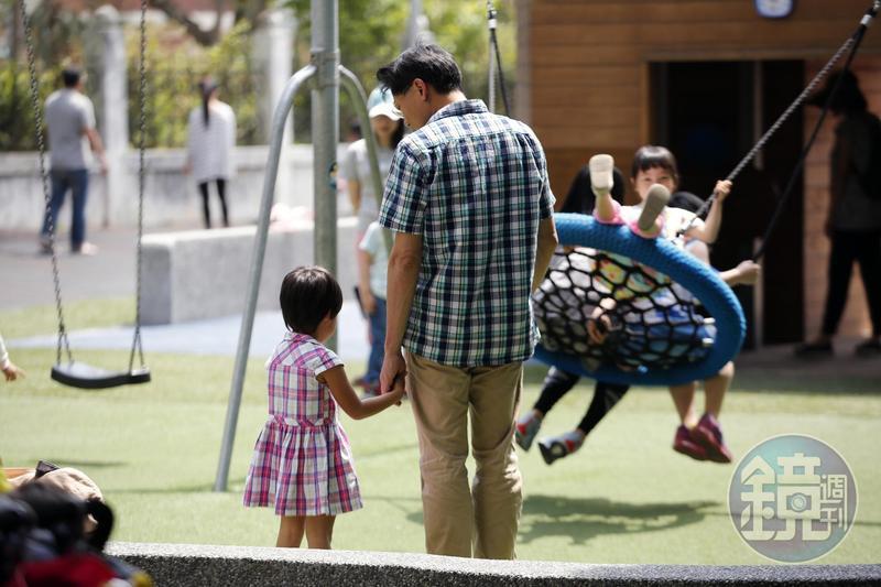 小燈泡離去後,劉大經更珍惜陪伴孩子的時光。公園裡他牽著小海豹,耐心傾聽小海豹說話。