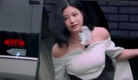 陳妍希彎腰準備下車,白色的上衣讓她胸前有放大的視覺效果。(翻攝自新浪娛樂)