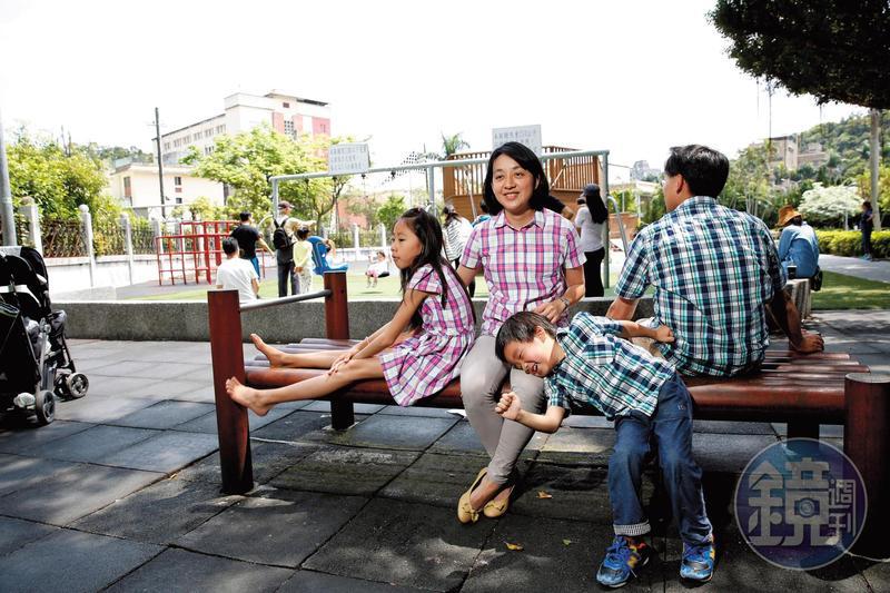 一家人時常外出活動,採訪這一天,孩子們在遊樂場玩得很開心。