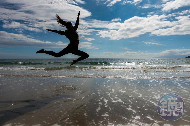 旅人跳躍海灘,奔放快活的剪影,說明了紐西蘭的無拘無束。