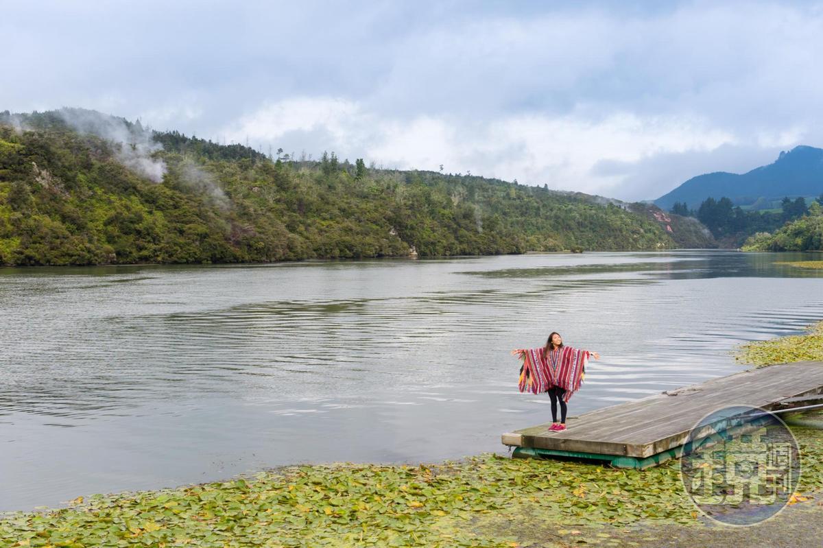 玩家站在河畔眺望詭譎奇幻的地熱谷。