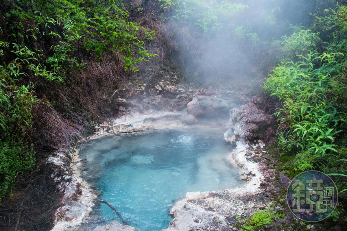透澈的寶石藍水池,汩汩冒出熱水。