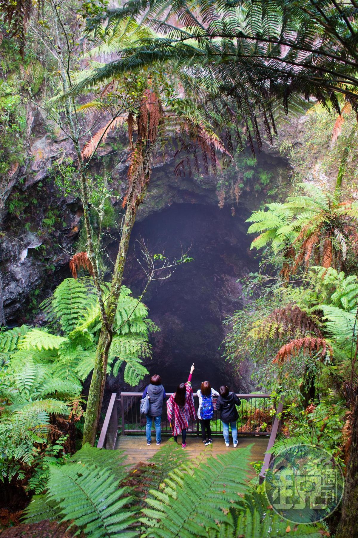 「魯阿塔普岩洞」是全球少見的地熱洞穴奇景。