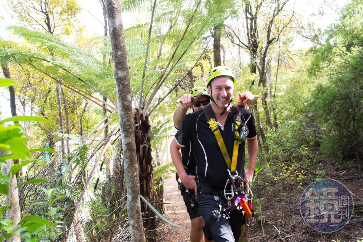 前往下一段滑索,步行在原始森林之中。