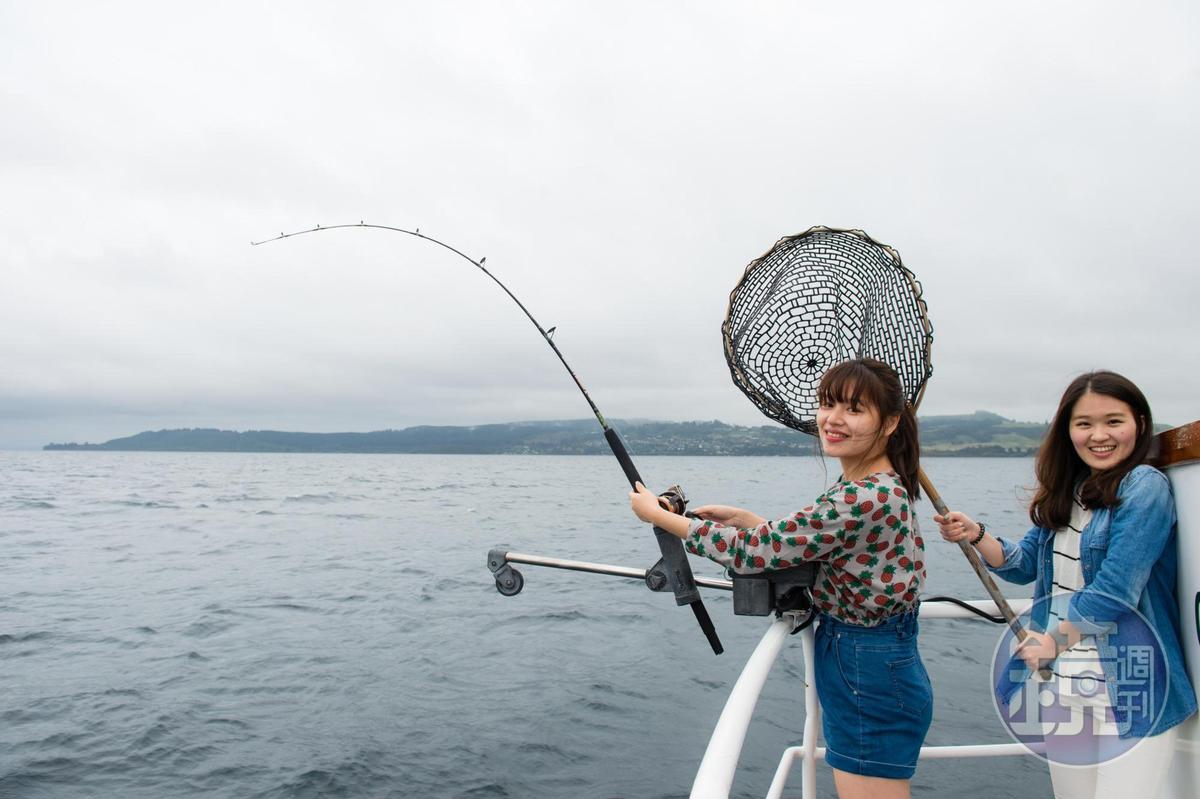 陶波湖是垂釣天堂,年輕女孩開心放手一搏。