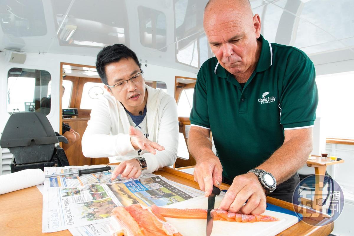 船長Pete(右)俐落下刀,溫體生魚片吃得到油潤口感。