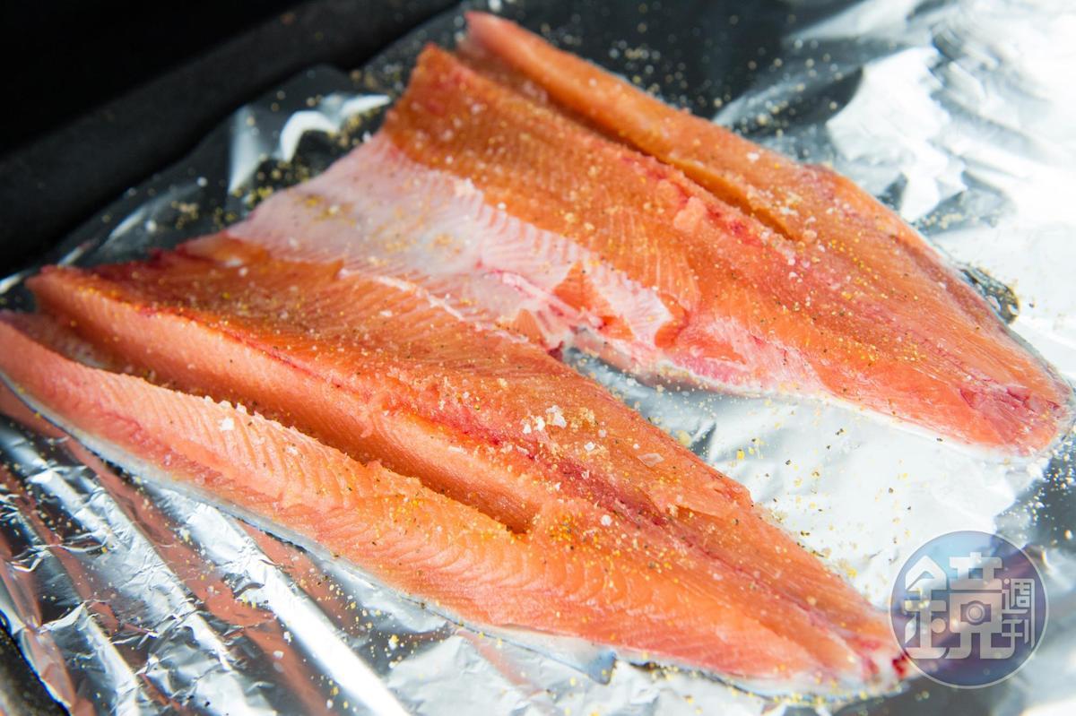 烤鱒魚重原味,只撒上簡單調料。