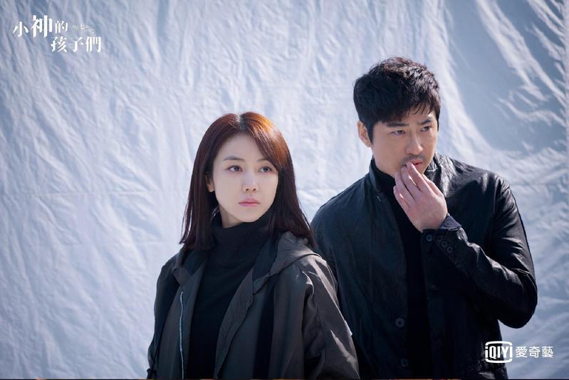 姜志奐(右)、金玉彬主演的《小神的孩子們》,是齣結合宗教、犯罪與推理的懸疑劇。(台灣愛奇藝提供)