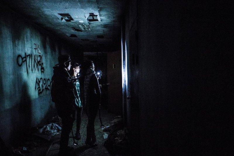 韓國電影趕上仿紀錄片觀點的鬼片熱潮,以靈異傳說不斷的昆池岩精神病院為故事背影。(車庫娛樂提供)