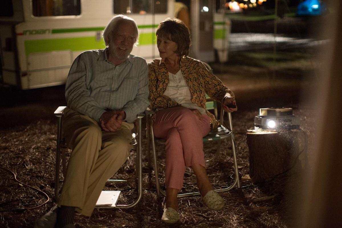 《人生無限露營車》改編自小說《幸福尋覓者》,找來海倫米蘭與唐納蘇德蘭合作,展現銀髮族的人生與智慧。(傳影互動提供)