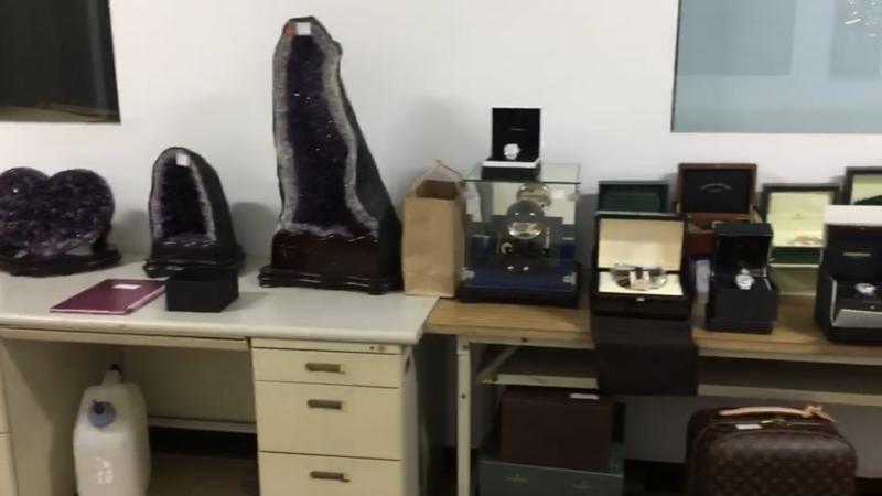 中澤祥基透過購買大量名貴手錶、寶石、鑽戒及知名品牌皮包等精品模式進行洗錢。(刑事局提供)